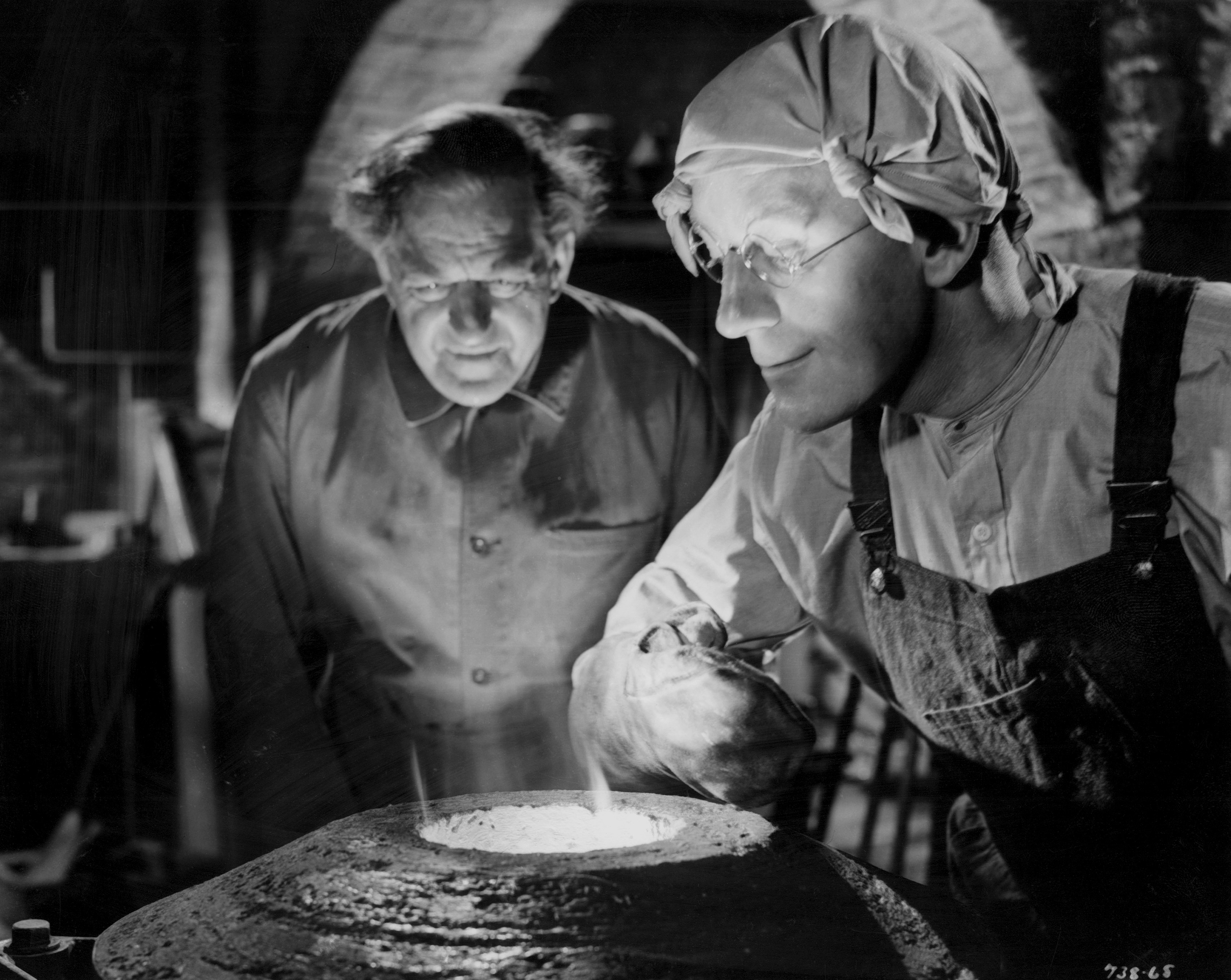 Still of Alec Guinness and Stanley Holloway in The Lavender Hill Mob (1951)