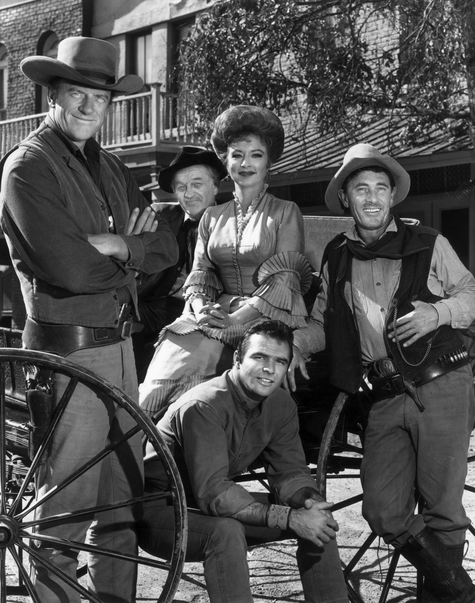 Still of Burt Reynolds, James Arness, Amanda Blake, Ken Curtis and Milburn Stone in Gunsmoke (1955)