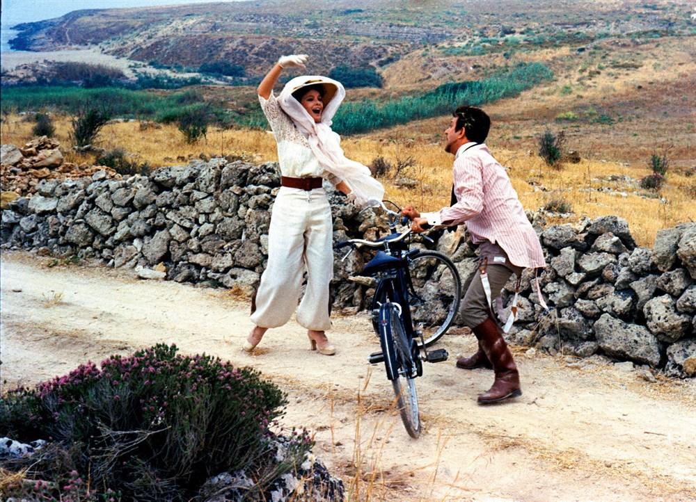 Still of Laura Antonelli and Alberto Lionello in Mio Dio, come sono caduta in basso! (1974)