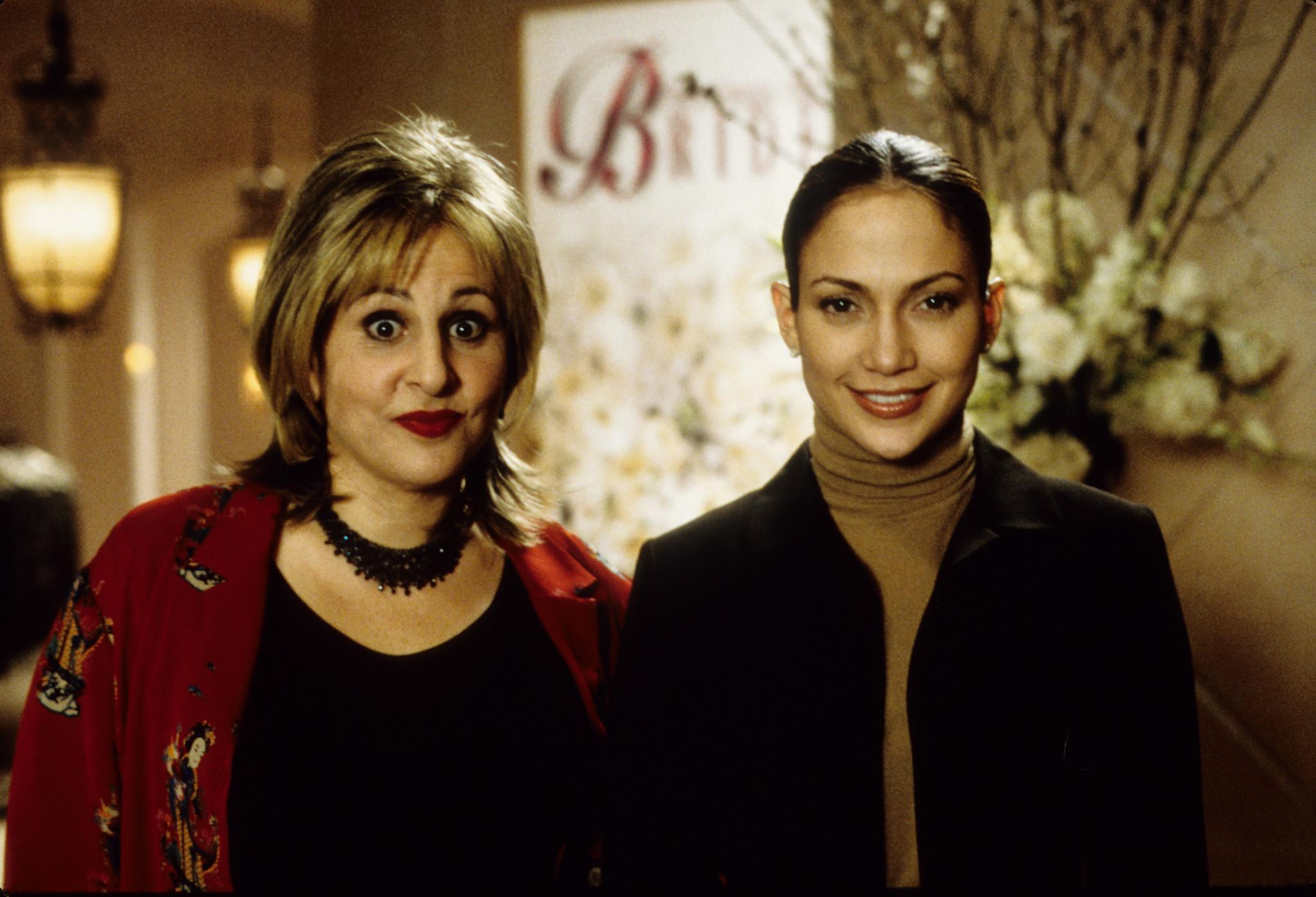 Still of Jennifer Lopez and Kathy Najimy in Vedybu planuotoja (2001)