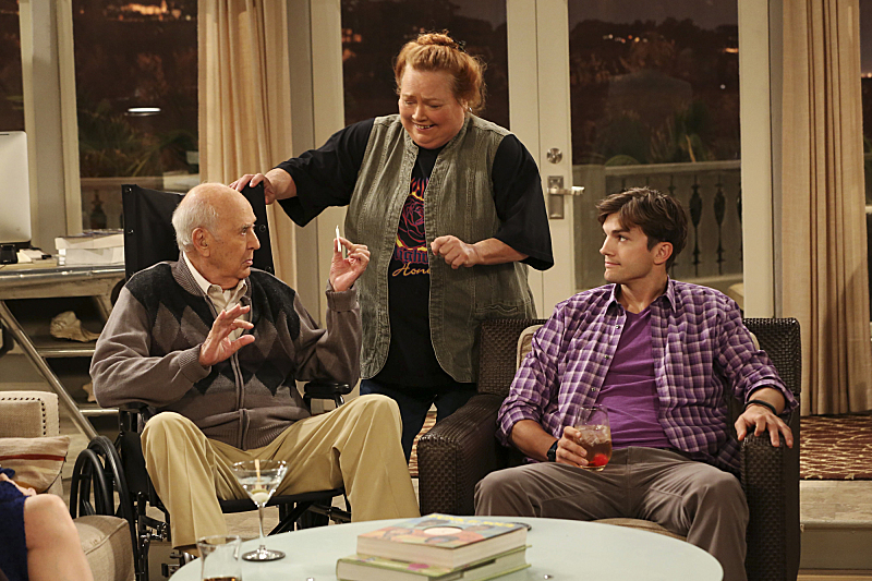 Still of Conchata Ferrell, Ashton Kutcher and Carl Reiner in Two and a Half Men (2003)