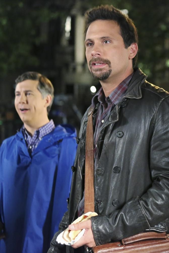 Still of Jeremy Sisto and Chris Parnell in Suburgatory (2011)