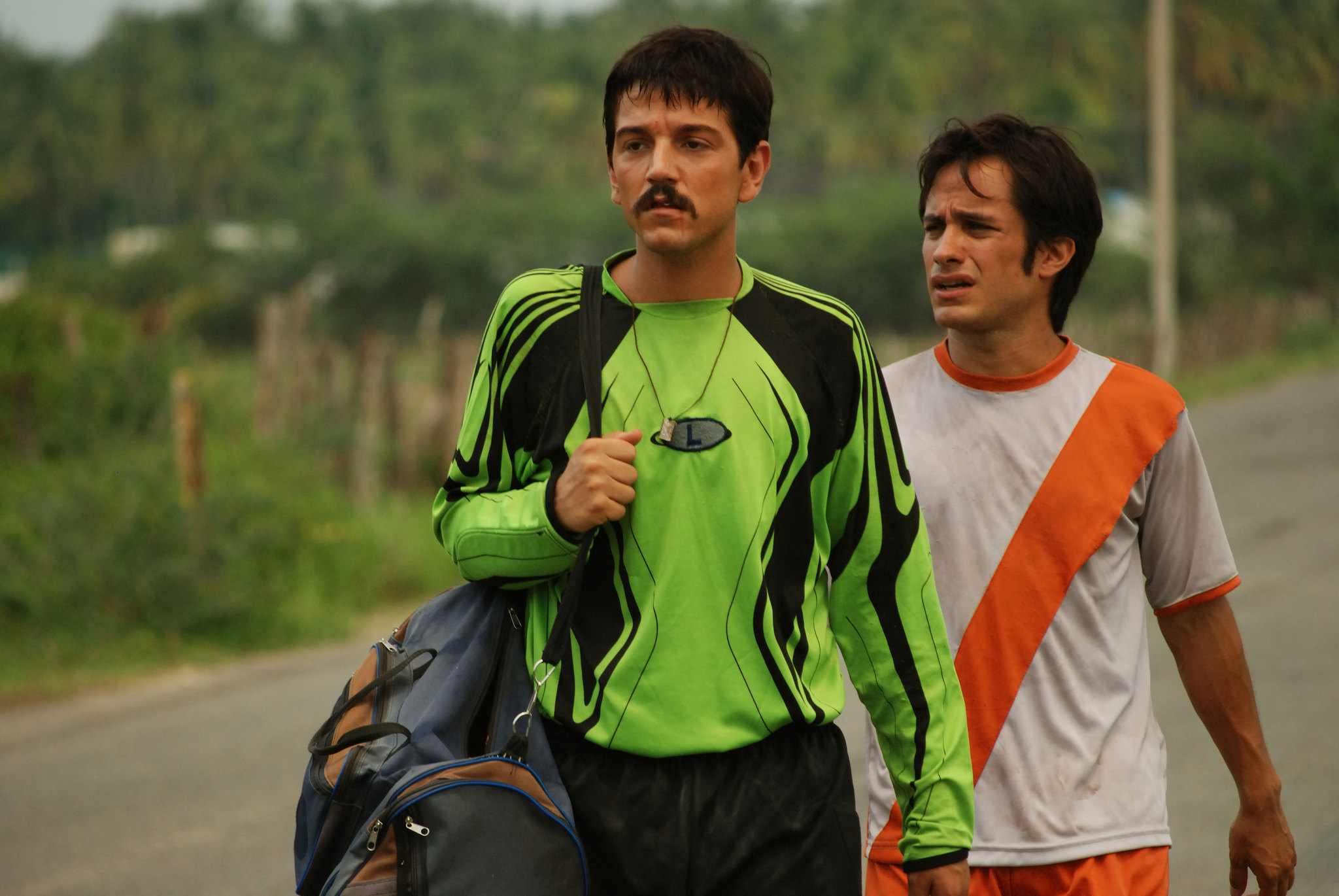 Still of Gael García Bernal and Diego Luna in Rudo y Cursi (2008)