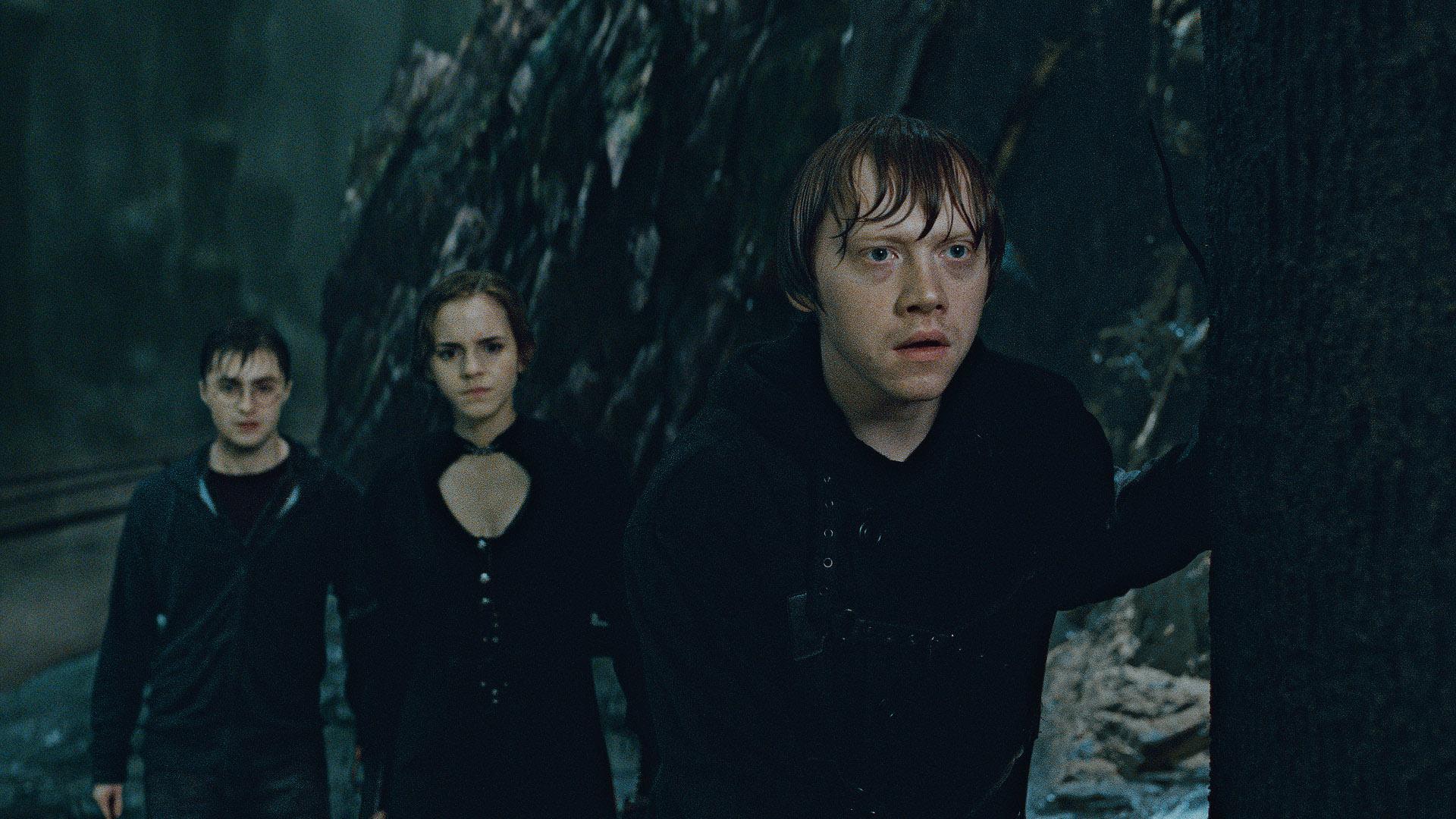 Still of Rupert Grint, Daniel Radcliffe and Emma Watson in Haris Poteris ir mirties relikvijos. 2 dalis (2011)