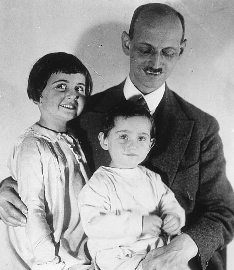 Still of Anne Frank, Margot Frank and Otto Frank in Anne Frank Remembered (1995)