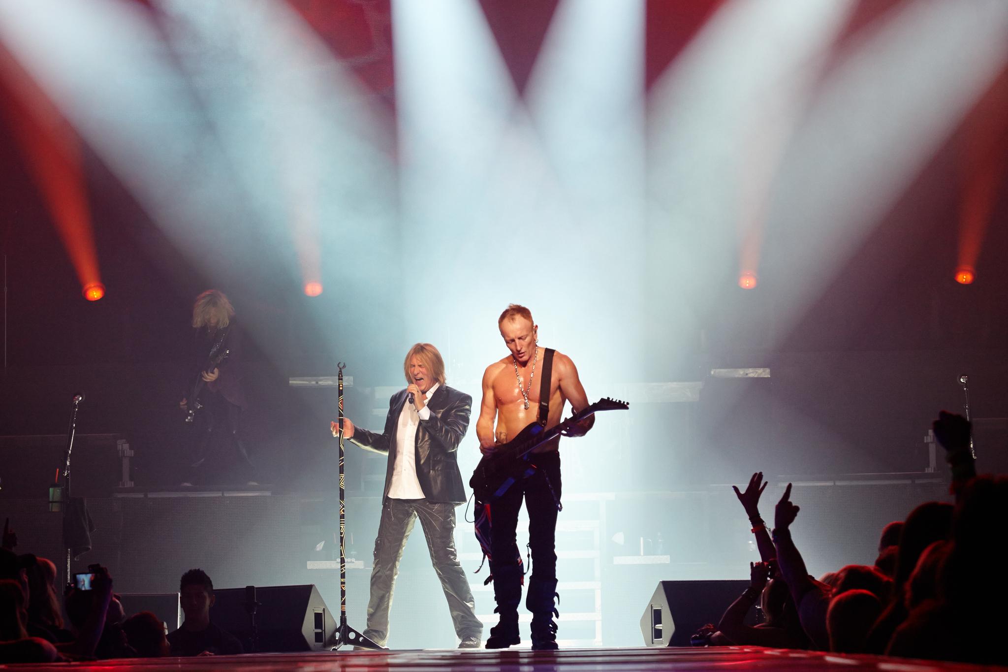 Still of Joe Elliott and Phil Collen in Def Leppard Viva! Hysteria Concert (2013)