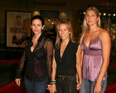Courteney Cox, Sheryl Crow and Gabrielle Reece at event of Boratas. Kaip saunusis Kazachstano zurnalistas Amerikoj patirti graibste (2006)