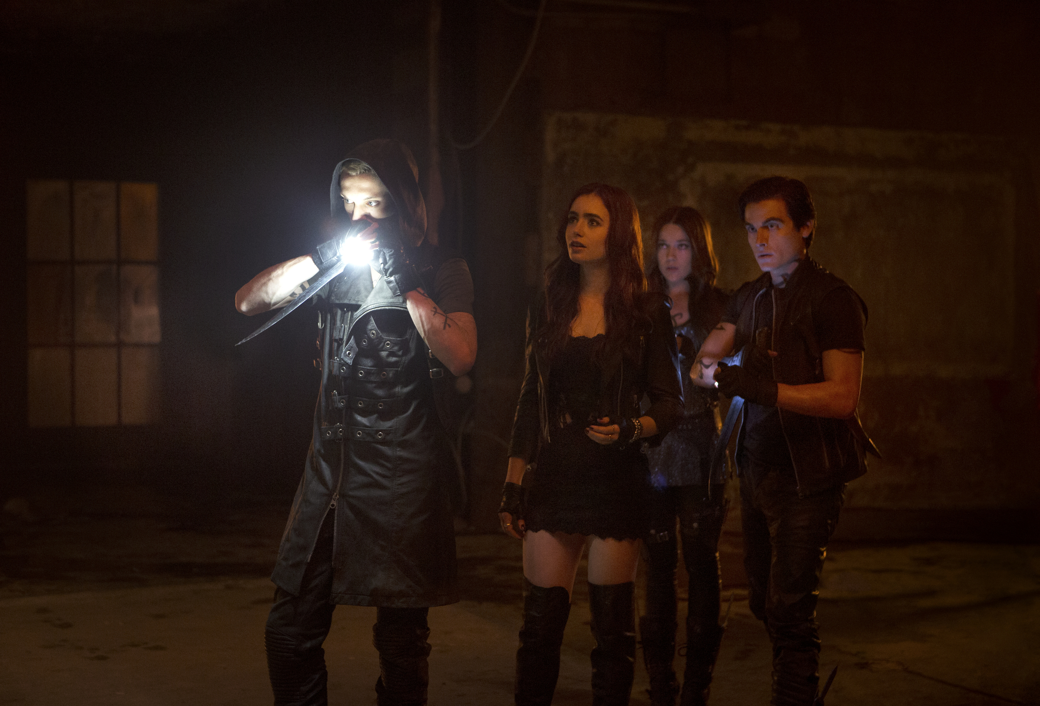 Still of Jemima West, Kevin Zegers, Jamie Campbell and Lily Collins in Mirties irankiai: Kaulu miestas (2013)