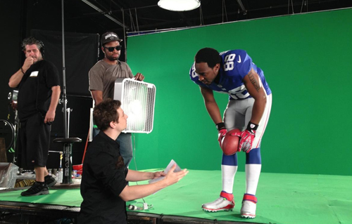 Nar Williams directing NY Giants wide receiver Hakeem Nicks.