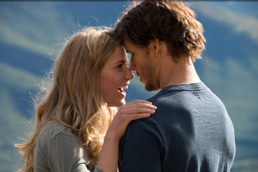 Still of Ryan Kwanten and Sara Canning in The Right Kind of Wrong (2013)