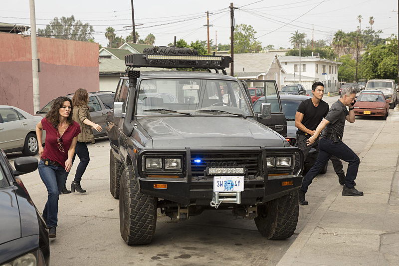 Still of Gary Sinise, Daniel Henney, Annie Funke and Alisha Elizabeth Anneleise H.O. in Criminal Minds: Beyond Borders (2016)