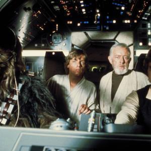 Still of Alec Guinness, Harrison Ford, Mark Hamill and Peter Mayhew in Zvaigzdziu karai (1977)