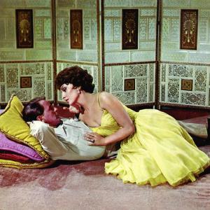 Still of Frank Sinatra and Gina Lollobrigida in Never So Few (1959)