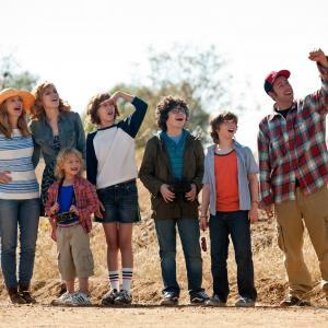 Still of Drew Barrymore, Adam Sandler, Bella Thorne, Kyle Red Silverstein, Emma Fuhrmann, Braxton Beckham and Alyvia Alyn Lind in Kartu ne savo noru (2014)