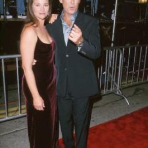 Pierce Brosnan and Keely Shaye Smith at event of Ir viso Pasaulio negana 1999
