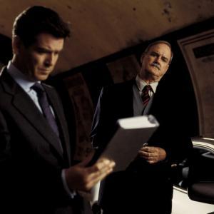Still of John Cleese and Pierce Brosnan in Pasveikink mirti kita diena 2002