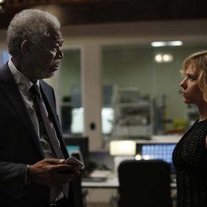 Still of Morgan Freeman and Scarlett Johansson in Liusi (2014)