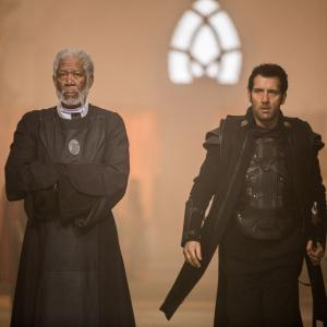 Still of Morgan Freeman and Clive Owen in Paskutiniai riteriai (2015)