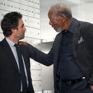 Still of Morgan Freeman and Mark Ruffalo in Apgaules meistrai (2013)