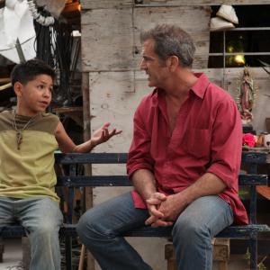 Still of Mel Gibson and Kevin Hernandez in Sumautos atostogos Meksikoje (2012)