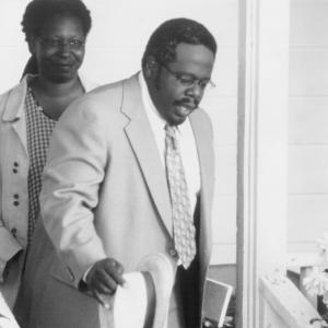 Still of Whoopi Goldberg and Cedric the Entertainer in Kingdom Come 2001