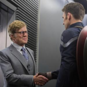 Still of Robert Redford and Chris Evans in Kapitonas Amerika: ziemos karys (2014)