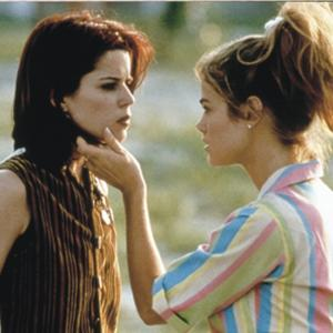 Still of Neve Campbell and Denise Richards in Wild Things (1998)