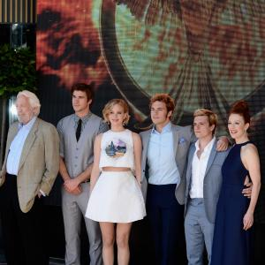 Julianne Moore, Donald Sutherland, Josh Hutcherson, Jennifer Lawrence, Liam Hemsworth, Sam Claflin
