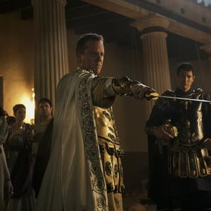 Still of Kiefer Sutherland, Emily Browning, Sasha Roiz and Kit Harington in Pompeja (2014)
