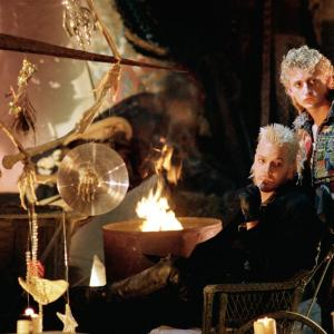 Still of Kiefer Sutherland and Alex Winter in The Lost Boys (1987)