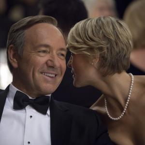 Still of Kevin Spacey and Robin Wright in Kortu Namelis (2013)