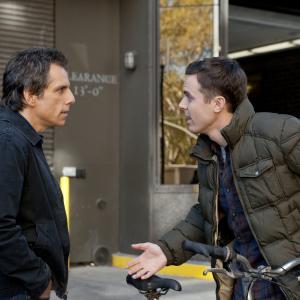 Still of Casey Affleck and Ben Stiller in Dangoraizio apiplesimas (2011)