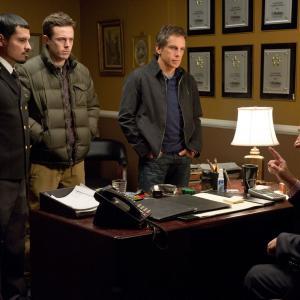Still of Casey Affleck, Ben Stiller, Judd Hirsch and Michael Peña in Dangoraizio apiplesimas (2011)