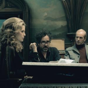 Still of Michelle Pfeiffer Tim Burton and Jonny Lee Miller in Nakties seseliai 2012