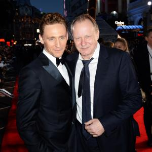 Stellan Skarsgård and Tom Hiddleston at event of Toras: Tamsos pasaulis (2013)