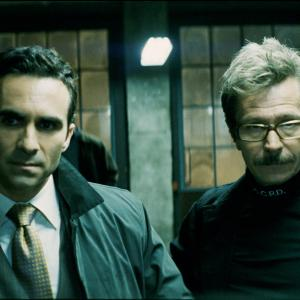 Still of Gary Oldman and Nestor Carbonell in Tamsos riteris (2008)