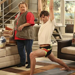 Still of Conchata Ferrell and Ashton Kutcher in Two and a Half Men (2003)