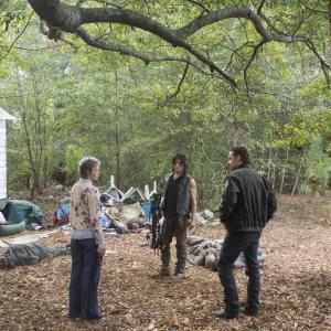 Still of Norman Reedus, Andrew Lincoln and Melissa McBride in Vaiksciojantys negyveliai (2010)