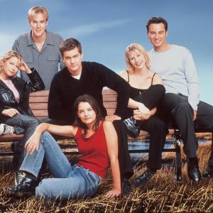 Still of James Van Der Beek, Katie Holmes, Joshua Jackson, Meredith Monroe, Kerr Smith and Michelle Williams in Dawson's Creek (1998)