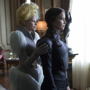 Still of Elizabeth Banks and Jennifer Lawrence in Bado zaidynes: Strazdas giesmininkas. 2 dalis (2015)