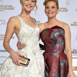 Elizabeth Banks and Jennifer Lawrence at event of Bado zaidynes: Strazdas giesmininkas. 1 dalis (2014)