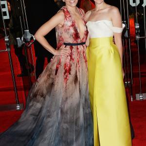 Elizabeth Banks and Jena Malone at event of Bado zaidynes: Strazdas giesmininkas. 1 dalis (2014)