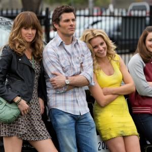 Still of James Marsden, Elizabeth Banks, Sarah Wright and Gillian Jacobs in Nors mirk is gedos (2014)