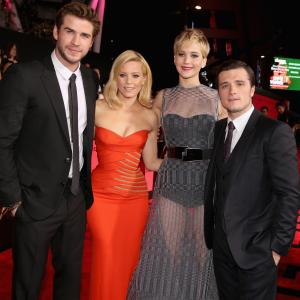Elizabeth Banks, Josh Hutcherson, Jennifer Lawrence and Liam Hemsworth at event of Bado zaidynes. Ugnies medziokle (2013)