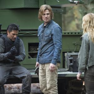 Still of Manu Bennett, Stephen Amell and Caity Lotz in Strele (2012)