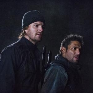 Still of Manu Bennett and Stephen Amell in Strele (2012)