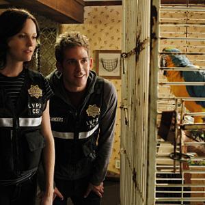 Still of Jorja Fox and Eric Szmanda in CSI kriminalistai (2000)