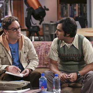 Still of Johnny Galecki and Kunal Nayyar in Didziojo sprogimo teorija (2007)