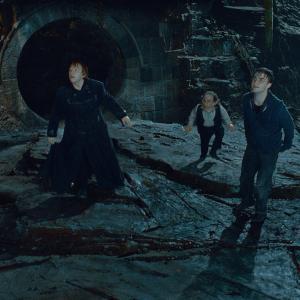 Still of Warwick Davis, Rupert Grint, Daniel Radcliffe and Emma Watson in Haris Poteris ir mirties relikvijos. 2 dalis (2011)