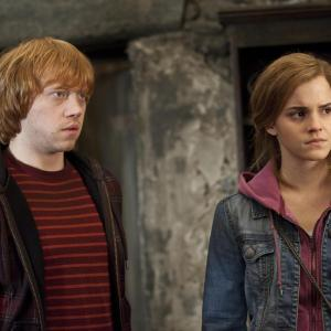 Still of Rupert Grint and Emma Watson in Haris Poteris ir mirties relikvijos. 2 dalis (2011)